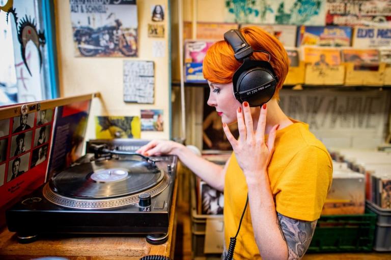 Recordstore-Girl-1-dt-770-pro