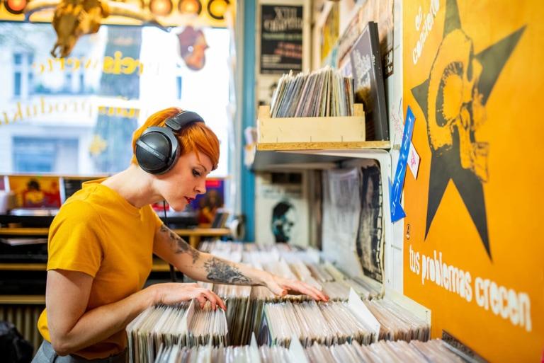 Recordstore-Girl-2-dt-770-pro