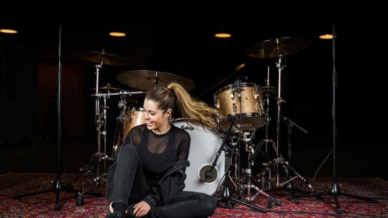 Domino Santiano Drummerin   beyerdynamic