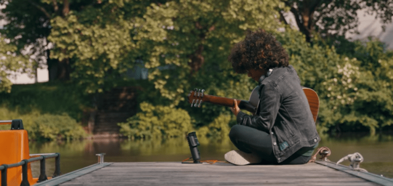 Michelle Schulz mit USB-Studiomikrofon FOX bei der Aufnahme eines Songs am Fluss
